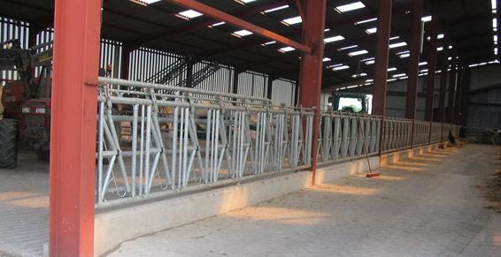 Bâtiment élevage et murets d'alimentation préfabriqués